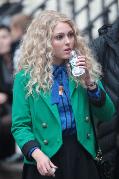 AnnaSophia-On-the-set-of-The-Carrie-Diaries-October-17-2012-annasophia-robb-32559907-396-594
