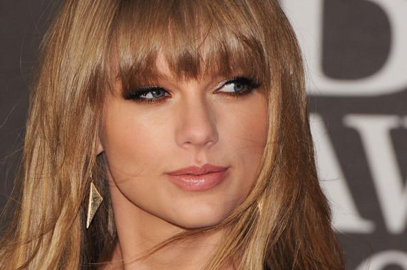 Taylor+Swift+Brit+Awards+2013+Red+Carpet+Arrivals+DnrfLh1OBu5l