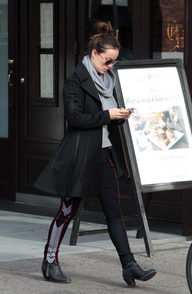 olivia-wilde-and-rag-and-bone-the-raja-print-jeans-gallery