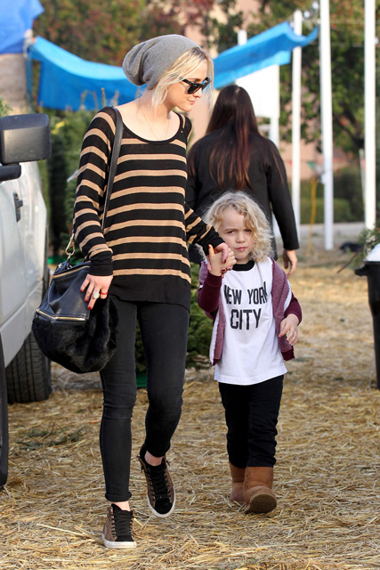 *EXCLUSIVE* Ashlee Simpson takes Bronx Christmas Tree Shopping with Grandma Tina