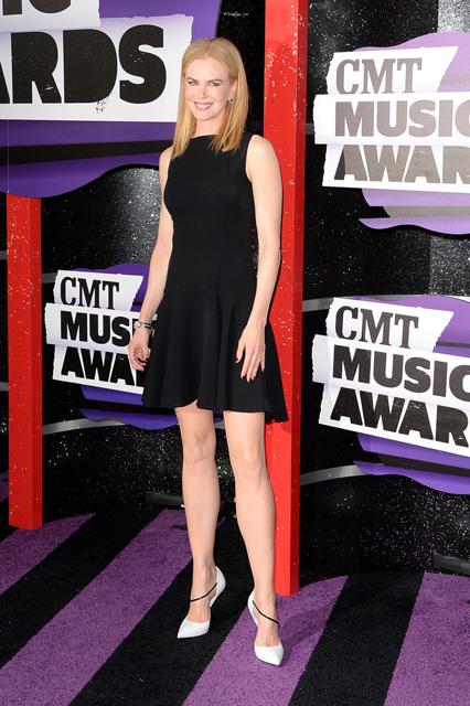 Nicole-Kidman-Wearing-Christian-Dior-2013-CMT-Music-Awards-4