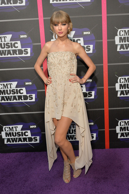 Taylor-Swift-Wearing-Elie-Saab-2013-CMT-Music-Awards-3