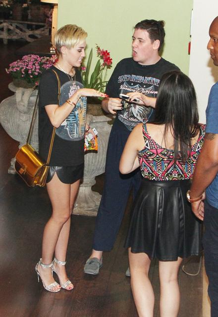 Miley+Cyrus+Miley+Cyrus+poses+pictures+fans+XfmGU01aIEVx