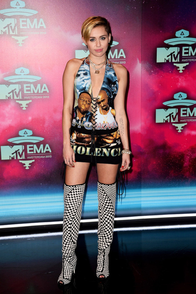 Miley-Cyrus-in-Vintage-Biggie-Tupac-Dress-Tom-Ford-Boots-MTV-EMAs-2013--600x903