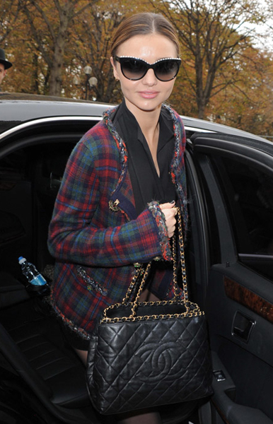 Miranda Kerr – check out her totally lovely Chanel Chain Trim Tote.