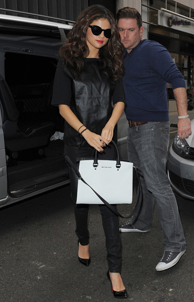 Selena-Gomez-MICHAEL-Michael-Kors-Selma-Bag-2