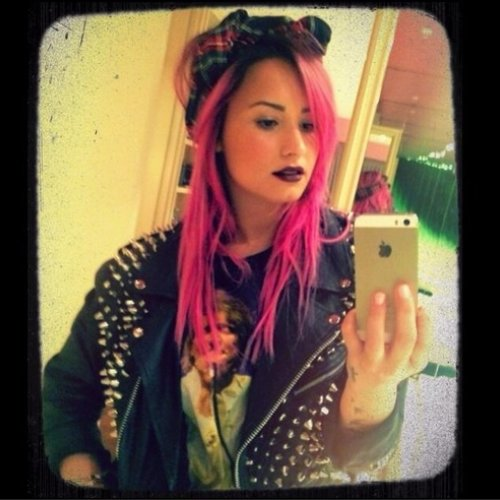 demi-lovato-pink-hair-instagram-1390570698-custom-0