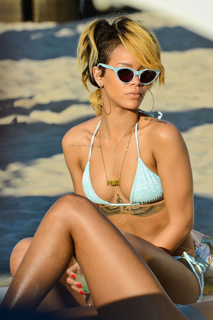 Rihanna+shows+off+bikini+body+hits+beach+female+i209aKTv_iKx