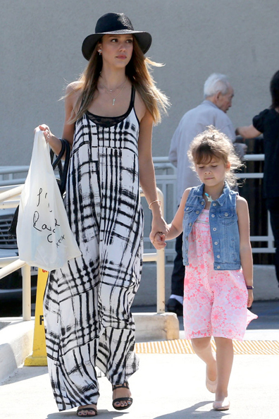 Jessica-Alba-black--white-Sam-amp-Lavi-maxi-dress-found-perfect-companion-her-black-hat-during-day-out-LA