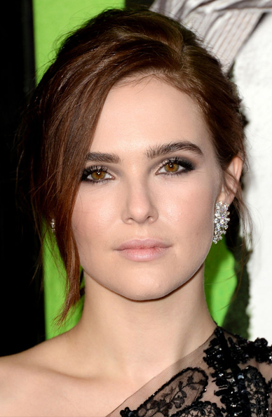 zoey-deutch-makeup-vampires-premiere-w724