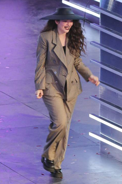lorde-muchmusic-video-awards-2014-on-stage-look-mmva-splash__width_580