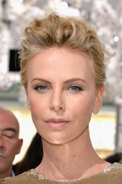Charlize+Theron+Front+Row+Christian+Dior+_N-_gVhlofOl