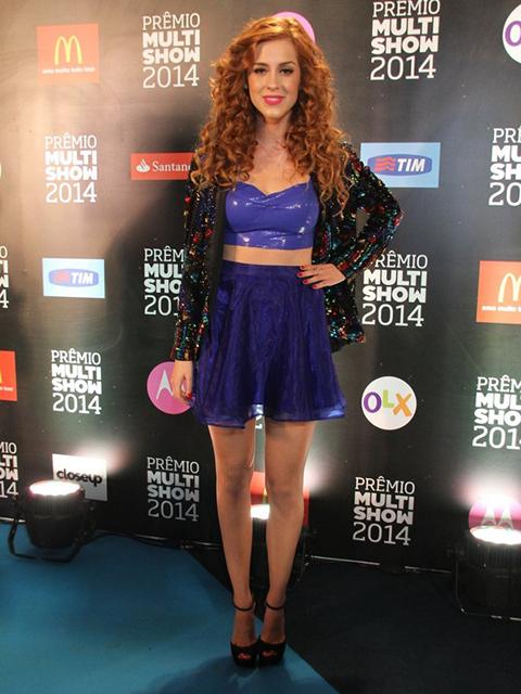 Sophia Abrahão combinou um top com saia curtinha da Nosf